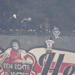 Supporters Ajax verhangen pop van Kenneth Vermeer. Reactie KNVB: we wachten af wat club doet. https://t.co/j3poFtWg40
