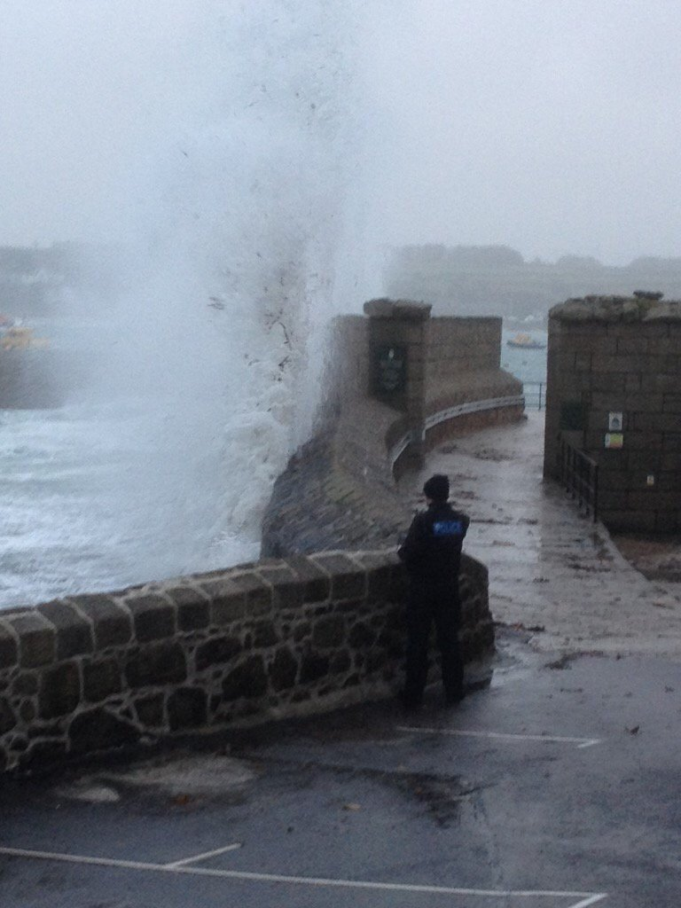 Waves overtopping at the Quay St Mary's on a dropping tide. By 4am tide will be high & waves bigger #StormImogen https://t.co/mwHLM51Zeg