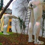 Авангардный памятник подхалимству, Прага. https://t.co/mKxTte1eA5