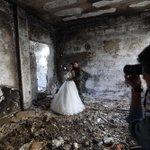زندگی ادامه دارد... عروسی ندا 18 ساله و حسن 27 ساله، در میان ویرانههای شهر جنگزده حمص در سوریه. https://t.co/30pbkxy7ty