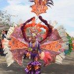 Ambiente y color en el desfile de Domingo de Bachata!!!#CarnavalMérida2016  #VenaMéridaBlanca https://t.co/bmU3bOJsom
