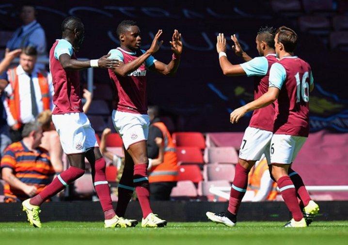 Jogadores do West Ham comemorando em jogo contra o Liverpool