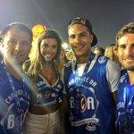 Paolo Guerrero, sua noiva Alondra García e amigos na Sapucaí. #gecarnaval https://t.co/Id7nc1Fxor