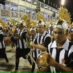 """Bateria da #GrandeRio com o cabelo """"moicano"""" do @neymarjr e o uniforme alvinegro do Glorioso! https://t.co/sn4CnUZej7"""