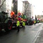 Die Mottowagen fahren vor das Rathaus. #Rosenmontagszug #Düsseldorf @aktuelle_stunde @WDR2 @1LIVE https://t.co/rFQLpHVIwc