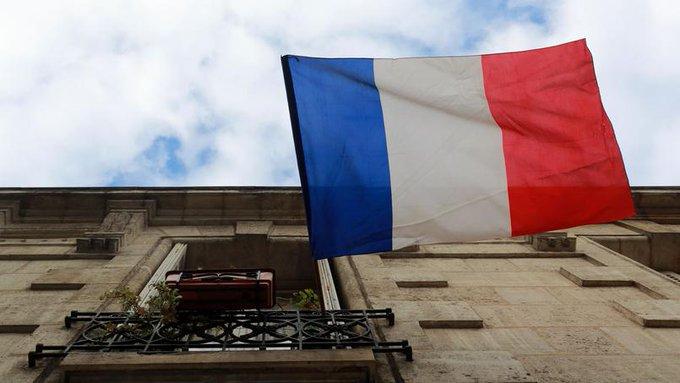 Ces deux femmes qui se battent pour préserver le #drapeau français sur leur balcon. >> https://t.co/IFbRudNikl