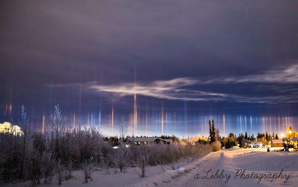 アラスカで最近みられた光柱の写真 https://t.co/1px3oqXWpu 大気中の氷が地表の灯りを反射して生じる現象だが、これだけ多数並ぶのは珍しい。地元の A. Libby 氏が撮影。via @SETIInstitute https://t.co/S2zJvD4Kuy