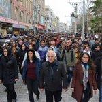 Thousands march in #Nusaybin to condemn the massacre in #Cizre. #TurkeysCizreMassacre #TwitterKurds #Kurdistan https://t.co/9Fk2nKiIDf