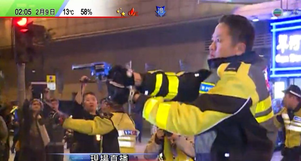 #hkpolice uses his gun to point at protesters in Mongkok https://t.co/dB8gn3iXuG