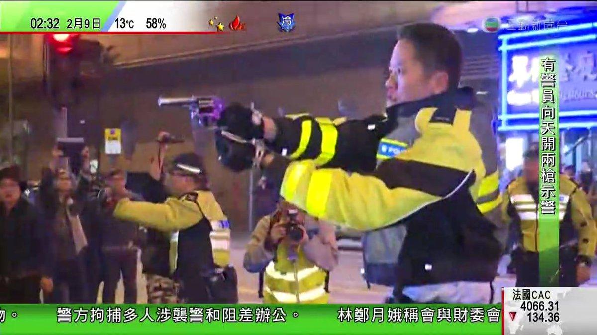 先程、香港時間午前2時頃、香港の警察はモンコックで、デモ者に向かって、拳銃を指した!しかも、2発は天向けに。 もしあなた今や最近香港に来ての場合、自分自身の安全の為に、夜11時後のモンコック、行かないの方がオススメです! #拡散希望 https://t.co/XD5ENFo18q
