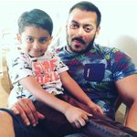 .@BeingSalmanKhan captured with a little fan on-the-sets of @SultanTheMovie https://t.co/Ekct2vDCKq