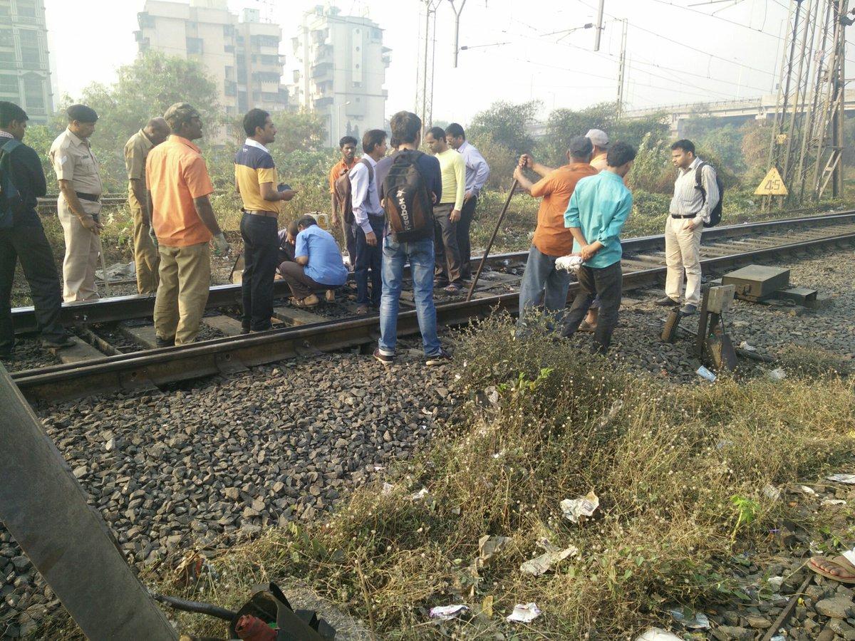 Track issue bw Sanpada Vashi. Only Vashi-CST trains running #mumbailocal @RidlrMUM https://t.co/flNxqciceZ