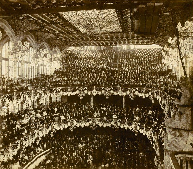 Avui fa 108 anys que es va inaugurar el @palaumusicacat amb un concert. Mireu com estava la sala!
