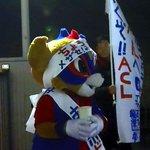 支援者からの差し入れを手に選挙活動を行う東京ドロンパ氏。 #東京ドロンパJマスコット総選挙 https://t.co/alXB62OXbR