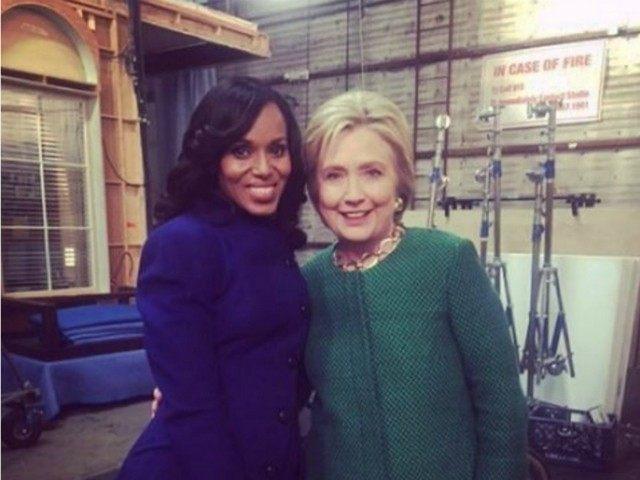 """HILLARY se saca una foto con Olivia """"SCANDAL"""" Pope, la amante del Mr President. Entiende todo. https://t.co/NrSI9ocURz"""