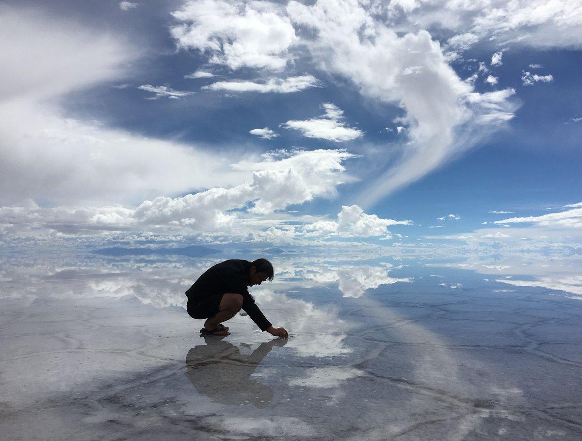 雲を描く人 ※実際にはウユニ塩湖で塩の結晶を観察しているところです。 https://t.co/UpCM3Khnx7