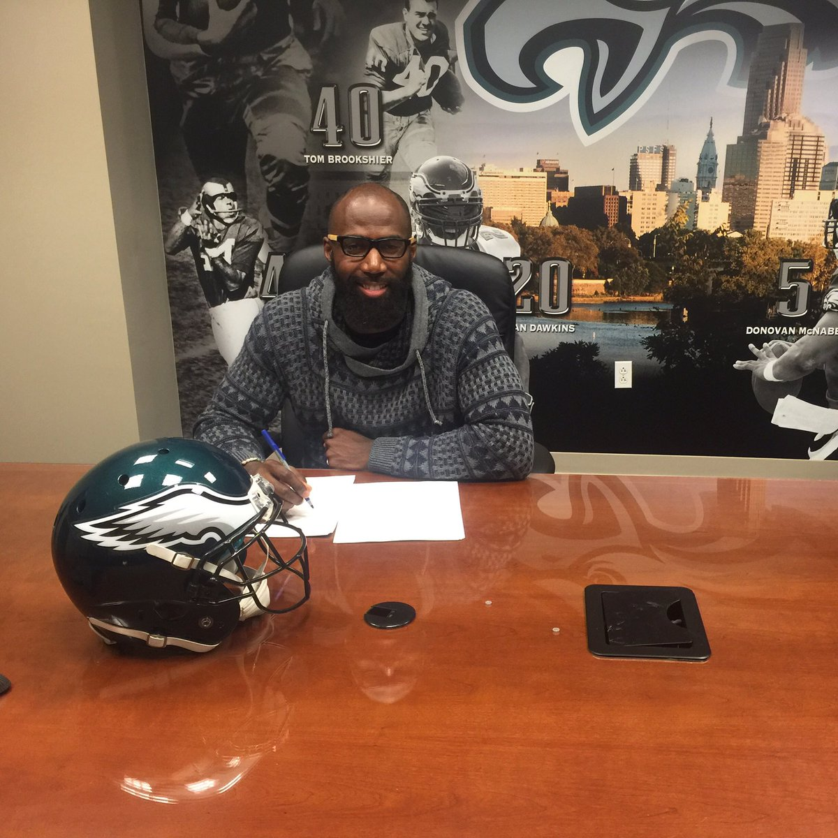 Signed, sealed, delivered... I'm yours Philly! #FlyEaglesFly https://t.co/xCX6wsqqKH