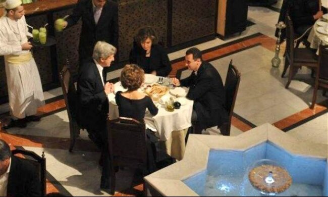 من يجلس مع #الأسد على طاولة العشاء لا يمكن أن يقف ضده ! والهدف ليس العشاء بقدر ما هي المصالح ! #كيري #صورة https://t.co/hfwhr7UJ2r