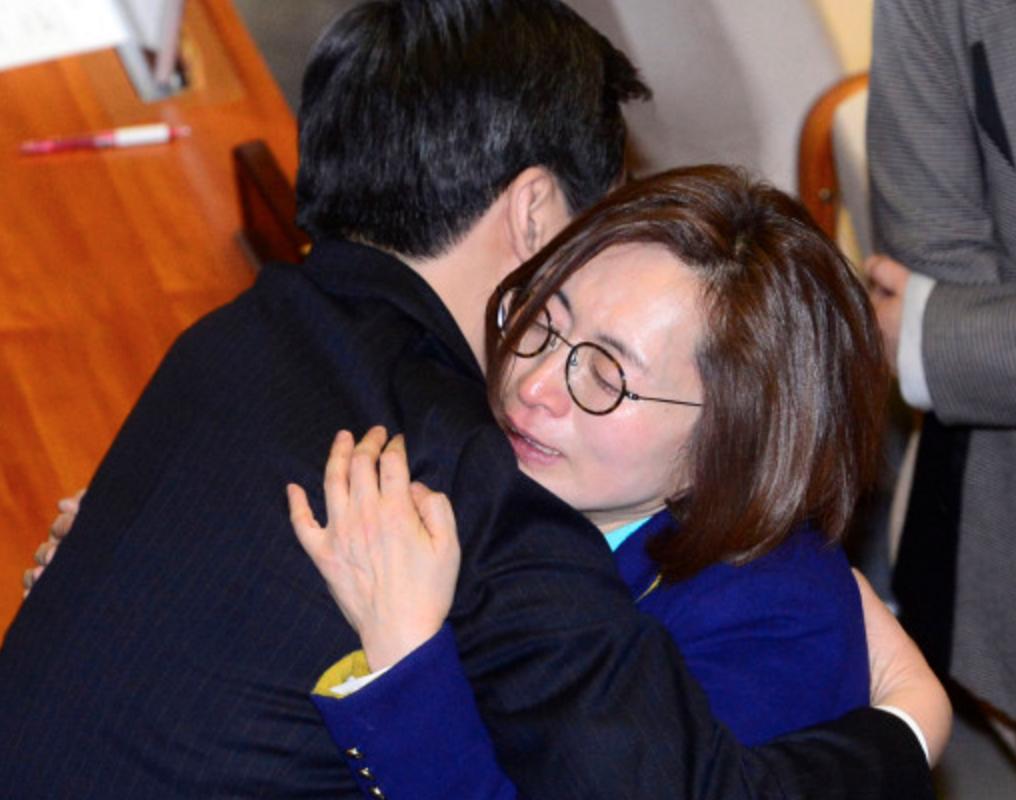 은수미 의원이 10시간 18분 최장시간 필리버스터 후 결국 펑펑 울었군요. 국민들도 많이 울었답니다. 힘내세요. ㅠㅠ https://t.co/S9MIpOIhWo