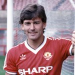 One of our greatest 7s - @BryanRobson - is helping give away 7 signed shirts today. Make sure you follow him! #MUFC7 https://t.co/xr6NrsI5GE