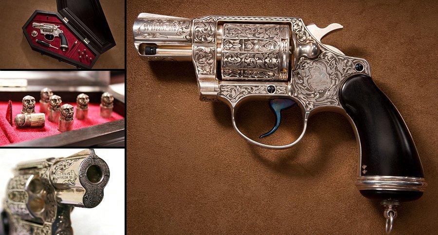ちなみにこちらはナショナルファイアアームズ博物館に所蔵されている近代になって作られた吸血鬼用リボルバー。棺型ケースに彫刻された弾頭、キル・ノッチに二つ蝙蝠マークが刻まれているのがお茶目。https://t.co/VMZBt7KbCI https://t.co/siJSUXixVM