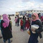بالصور..#تركيا تقدم المساعدات لآلاف السوريين الفارين من القصف الروسي في مدينة #عزاز قرب الحدود التركية السورية https://t.co/iBAymCzP0E