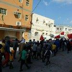 كالنَّخلِ جُذوري راسخةٌ،وقديمٌ قِدمَ الإنسانِ. أهلنا في #سترة فاتحة النصر يتظاهرون بعد صلوات الجمعة ضمن #عصيان_النمر https://t.co/8m9IDwVfyz
