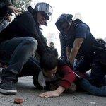 【屋台撤去に反発】香港の大規模衝突で64人が逮捕 https://t.co/WlLrnnS2EC 屋台を撤去する当局の措置に反発し、市民のデモが暴徒化。2014年に警察が民主派デモ隊を強制排除して以来、最も大規模な衝突となった。 https://t.co/jq2jON6xIz