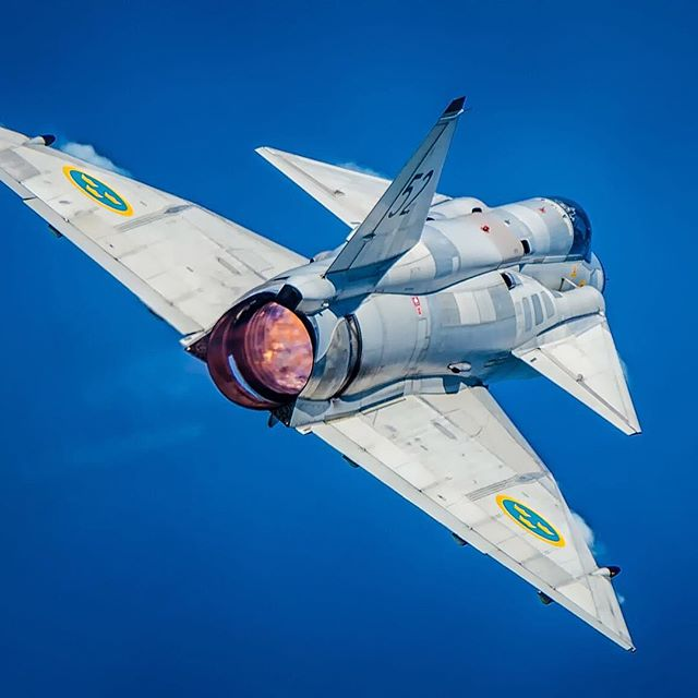 The #Saabinthesky image of the week proudly presents the powerful Saab AJS 37 Viggen. Photo: Jörgen Nilsson #avgeek https://t.co/zEW5CBq6FU