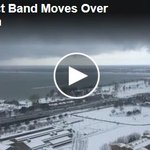 Video: Watch lake-effect snow band moving into downtown #Buffalo. @DerekGeePhoto https://t.co/069nlOXPp0 https://t.co/uKtjao5Sd9