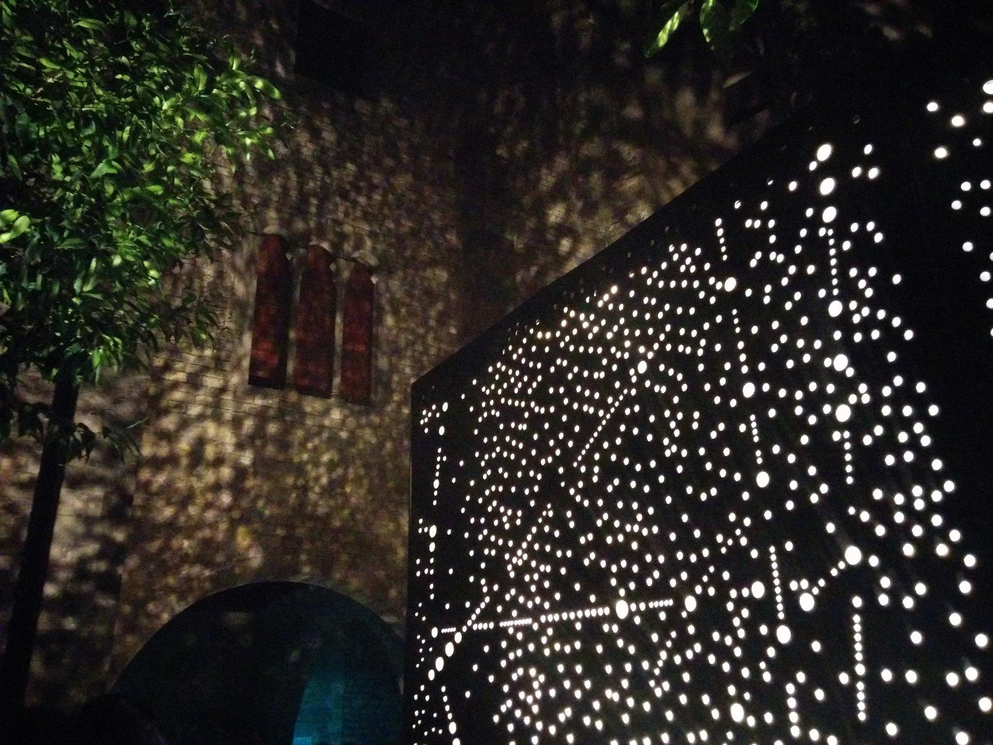 Misteri abrumador amb #galaxyied de @iedbarcelona al pati del @MuseuFMares #LlumBCN16 https://t.co/2Johd6uftQ