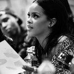 Sempre à frente. @Rihanna, diretora criativa #FENTYxPUMA, ajeita os últimos preparativos para desfile de hj no #NYFW https://t.co/71Mmi3yVHz