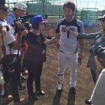 試合前に台湾メディアから取材を受け、タジタジの鈴木キャプテン。(広報) #2016年マリーンズ春季キャンプ #chibalotte https://t.co/Z1HBC89FzA
