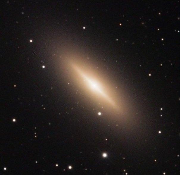 test ツイッターメディア - 【スピンドル銀河(NGC 3115)】 ろくぶんぎ座にあるレンズ状銀河。3160万光年。この銀河内に超大質量ブラックホールがあり、その質量は太陽の20億倍。多くの星は年老いた星であり、ほとんどあるいは全く活動していないと思われる。 https://t.co/mhsREaesKU