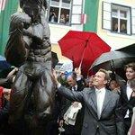 Arnold Schwarzenegger touching himself in public https://t.co/Yrk7ZTflKo https://t.co/z4wQZHNdUF