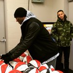 #StephenCurry looks on as #KobeBryant 🖋 the 🏀 at #NBAAllStarTO Practice! https://t.co/eEXCc1KdoZ