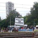 """A Macri le ponen una bandera que dice """"MACRI = HAMBRE"""", y el muy pelotudo los saluda. El muy forro no sabe ni leer.. https://t.co/mz0AsGPWDx"""