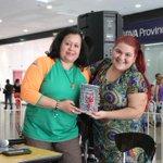 Mariela Mendoza de @Buscandolibros entregando premios en el #DiaMundialDeLaRadio #PonOnda #OrinokiaEnOnda https://t.co/OifnADrMIA