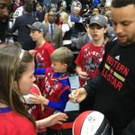 #StephenCurry signs for the fans on his way out of #NBAAllStarTO Practice! https://t.co/FiYhfu69Z0