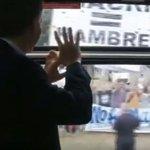 """""""Macri = Hambre"""": los carteles que pusieron incómodo a Macri mientras viajaba en #TrenRoca https://t.co/DQ1Ozlhgyp https://t.co/Jltu7mPsEY"""