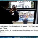 """Macri saluda pensando que lo apoyan y el cartel dice """"MACRI=HAMBRE"""". Encuesta: ¿Es o se hace? RT=Es / FAV=se hace https://t.co/L8SpgP1i00"""