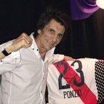 [RIVER STONE] El integrante de los Rolling, Ron Wood posó con la camiseta de Leo Ponzio. https://t.co/xRPJ4t9jAl