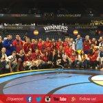???? ¡¡¡UNA FOTO PARA EL RECUERDO!!! La @SeFutbol sala con familiares, parejas y amigos posando con el trofeo #Aporla7 https://t.co/aH2VarXRtw