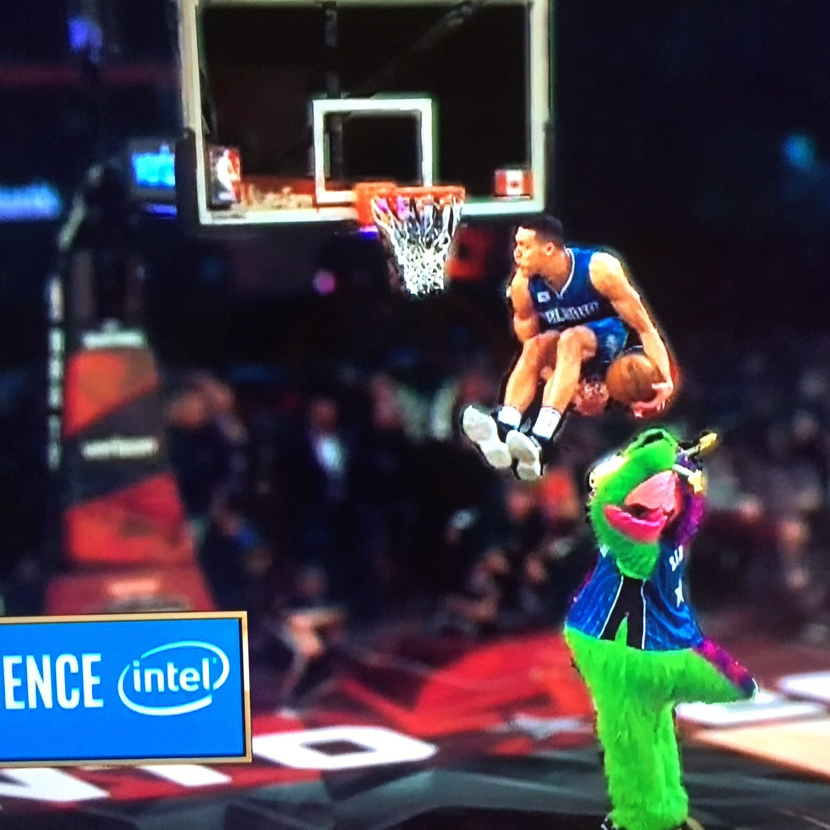 How you gonna sit down in the middle of a dunk? https://t.co/8taPMx0RSt