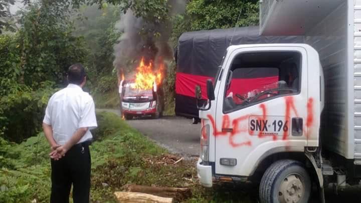 ATENCIÓN: En la vía Quibdó - Medellín el ELN quemó un bus de Rápido Ochoa y bloqueó el paso. #NoticiasTM https://t.co/Jtex6WIvDt