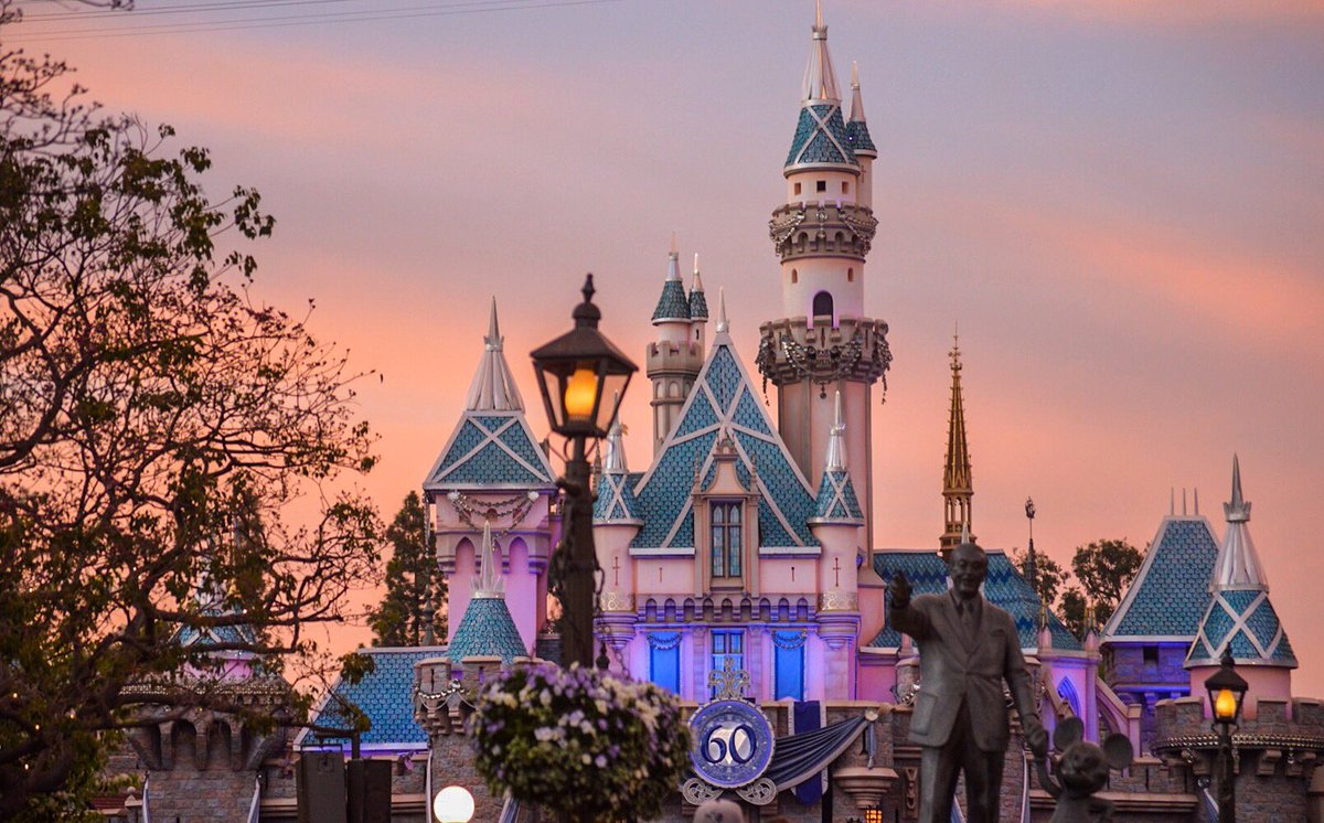 The sunset was picturesque tonight at @DisneylandToday #disneyland https://t.co/bhiS7kGkLd