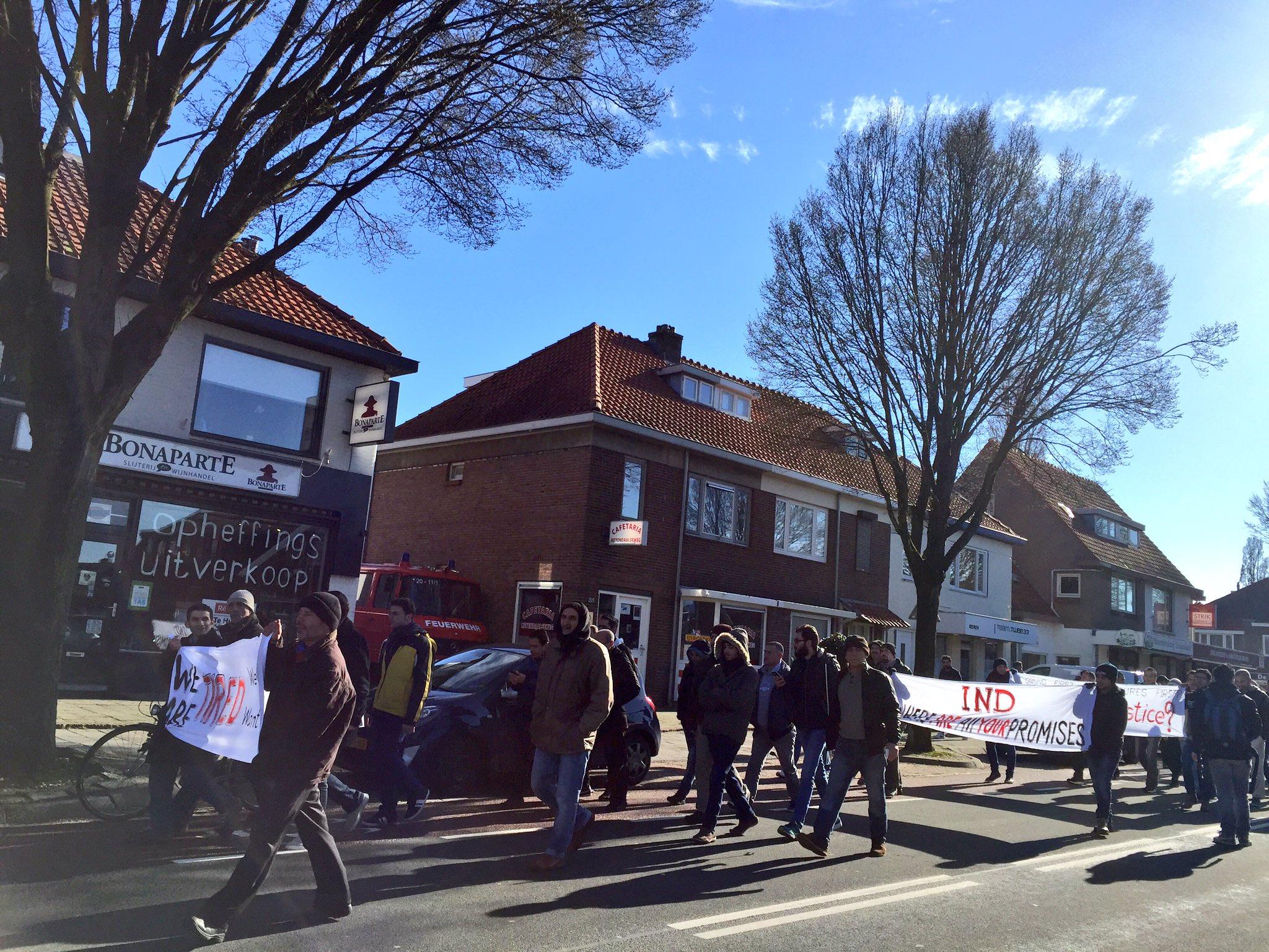Opvallend: geen Nederlandse vrijwilligers bij protestmars. Lopen normaal deur plat bij opvang #Heumensoord https://t.co/k5QWFjLsSD