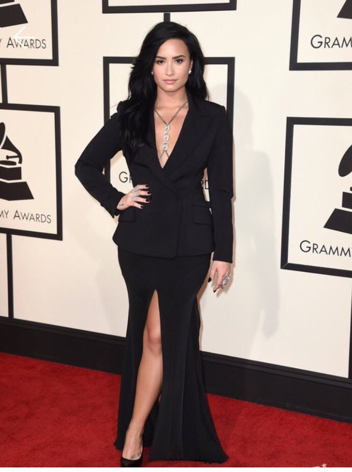 Classic glam style for Demi Lovato with a simple side part complimenting this elegant gown. #Grammys2016 https://t.co/yY0hq7UFxu