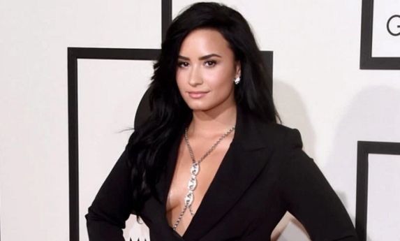 #DemiLovato is wearing  $2.4 million in diamonds to the #GRAMMYs https://t.co/9i4THAOFpf https://t.co/JkQa4is168