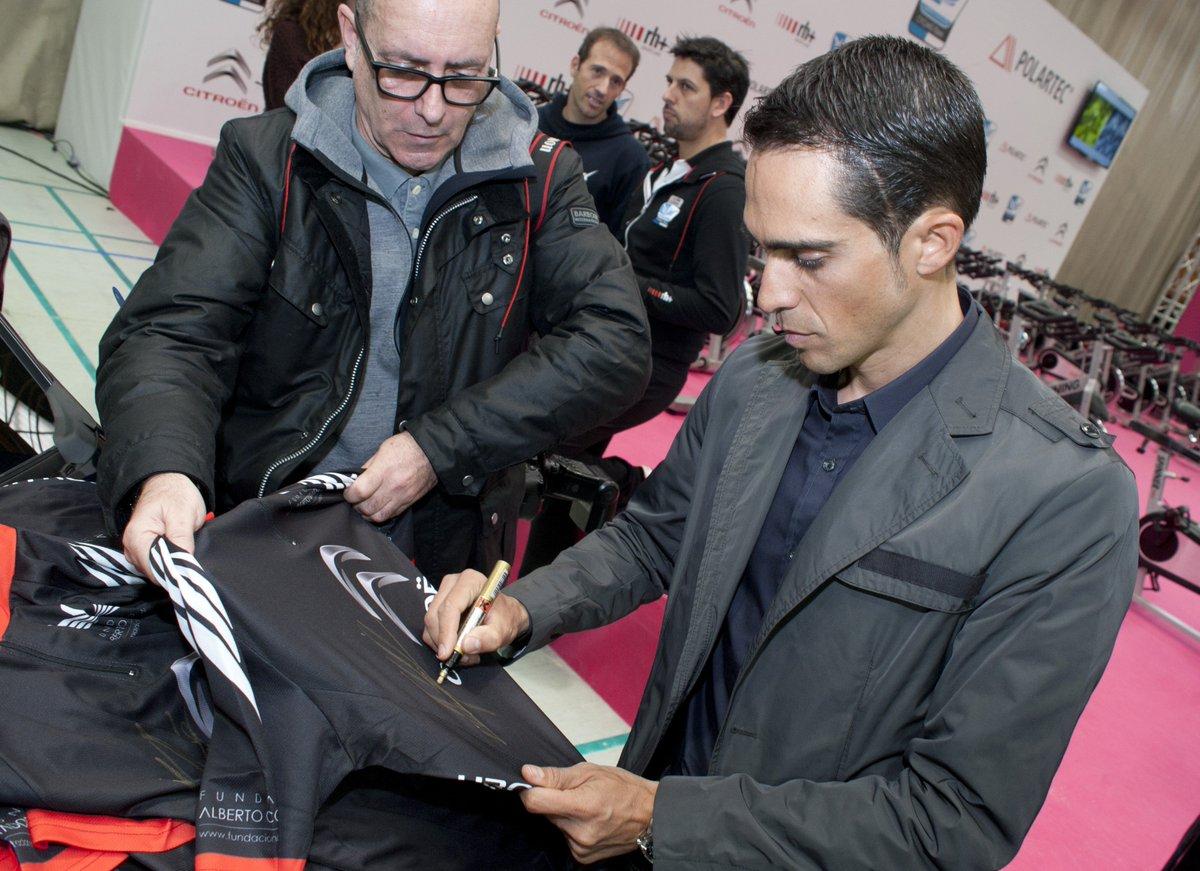 ¡El gran @albertocontador ha firmado 2 equipaciones que sorteamos entre los que hagáis RT! https://t.co/bpGRmYkgiD https://t.co/u9xkaf2lbL